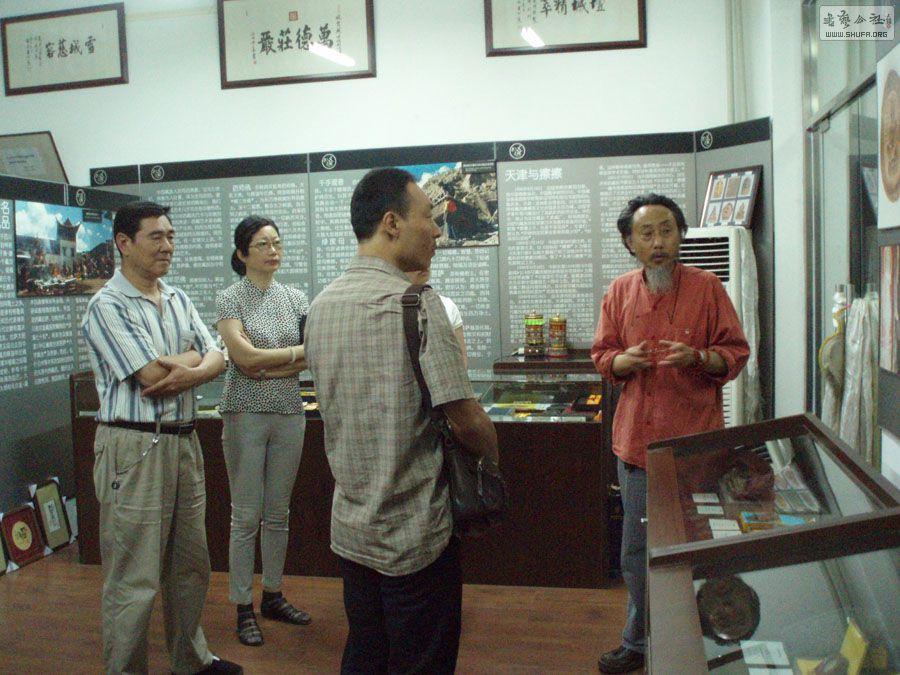 """主要有三种说法:其一,源于古代印度中、北部方言,藏语对梵语的音译 擦擦,至今在中国西藏、青海、四川、甘肃等省(自治区)藏区还沿用;其二,源于制作擦擦时发出的音响,为拟声字;其三,藏语""""萨""""或""""洽""""就是土,至今通用的""""擦擦"""",本应该做""""萨擦""""或""""洽擦"""",即泥擦,似乎更接近原初。    总之,擦擦是指一种用凹型模具捺入软泥等材质、压制成型脱范而出的模制小型佛像、塔。绝大多数擦擦是由一、二件模具压制成型脱范而"""